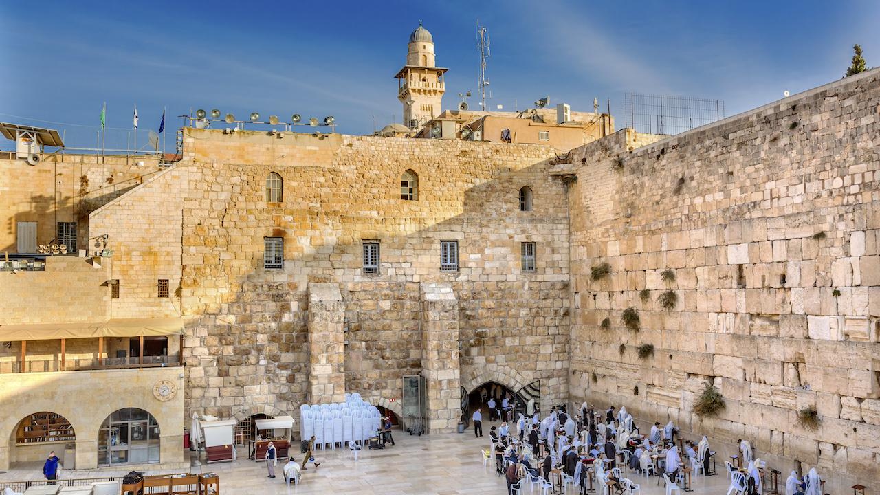 Rugându se la zidul Wailing din vechiul templu din Ierusalim, Israel