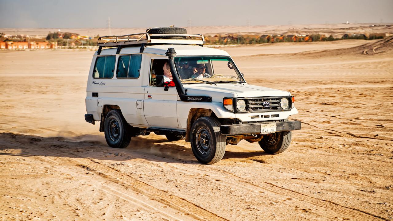 Toyota alb, desert, Hurghada, Egipt