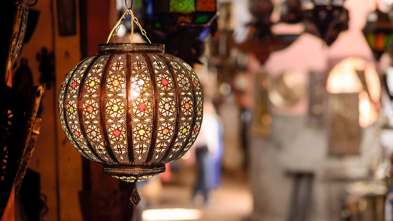 O lampă tradițională în vânzare la un stand de piață în souks din Marrakesh Maroc