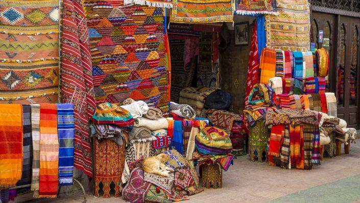Tesaturi colorate pe piața Agadir din Maroc