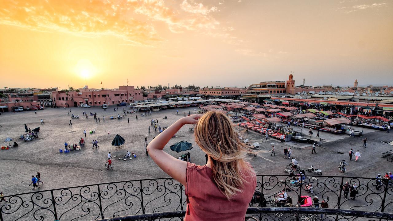 Vizionarea turistică pe piața Jemaa el Fna Marrakech Maroc. Apus de soare Maroc