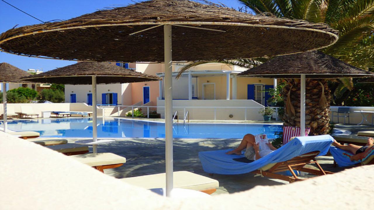 Avraki Hotel piscină și umbrelă 1