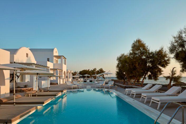 Costa Grand Resort and Spa piscină și umbrele, șezlonguri