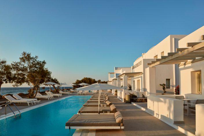 Costa Grand Resort and Spa piscină și șezlonguri