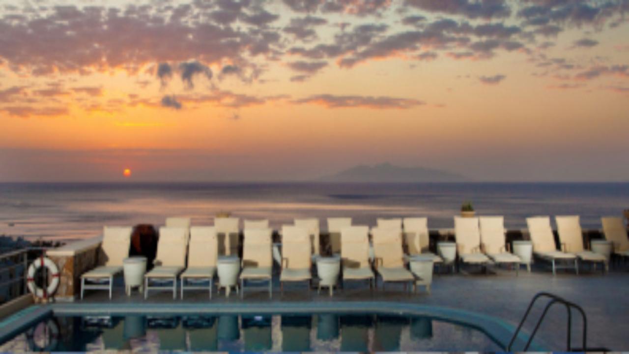 Epavlis Hotel piscină amurg