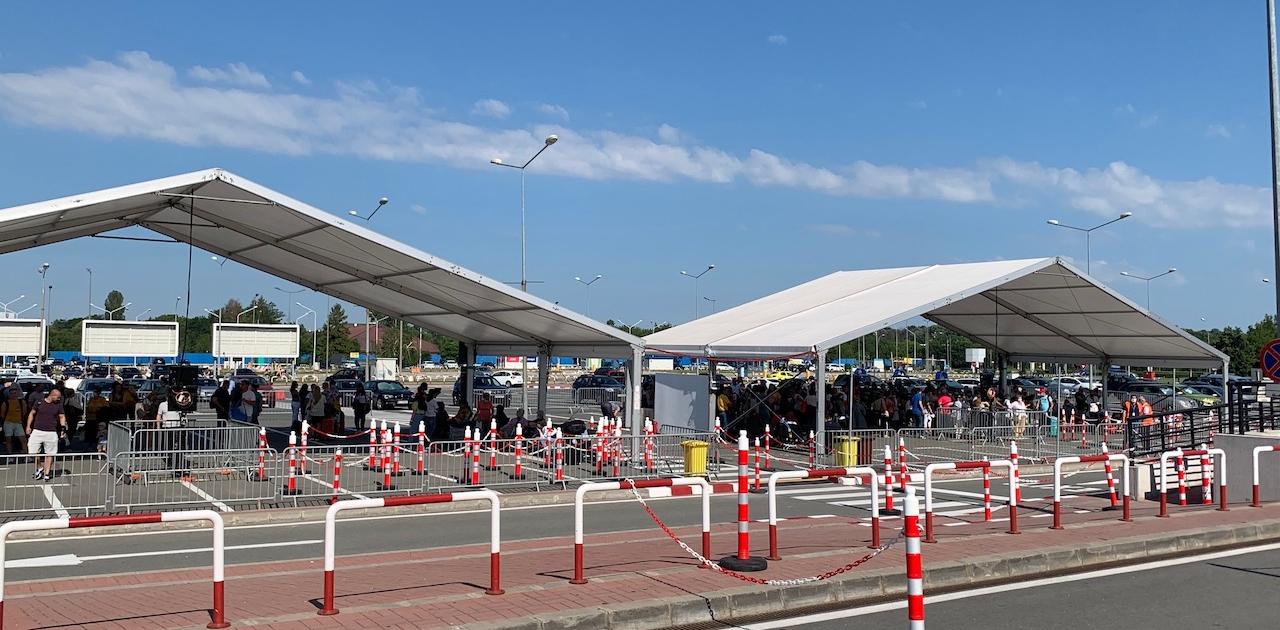 Zona amenajata in fata aeroportului